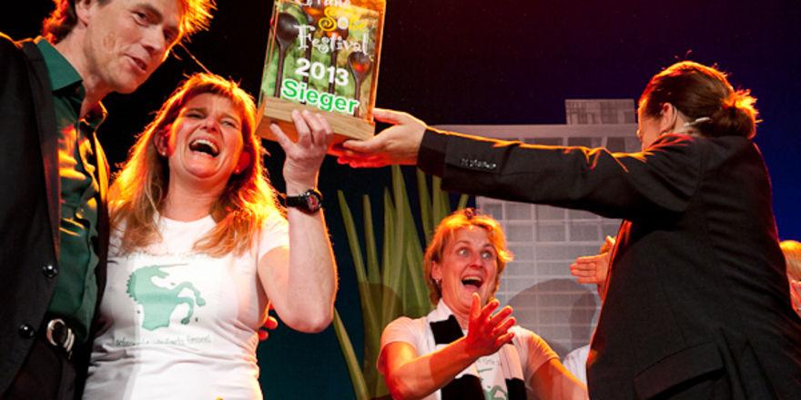 Strahlende Sieger: Einhorn-Inhaberin Barbara Kehr (Zweite von links) nimmt den Preis für die beste Grüne Soße 2013 von Moderatorin Maja Wolff alias Anton Le Goff (rechts) entgegen