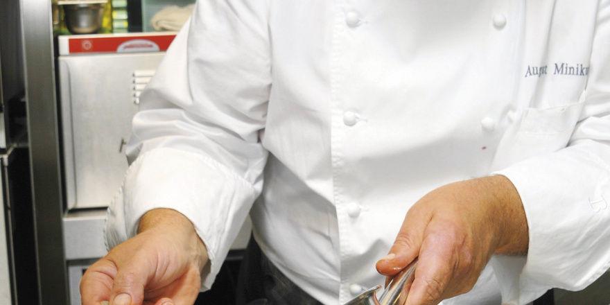 Blick in die Küche: August Minikus richtet an. Rechts das fertige Gericht: Sommerrehrücken – Eierschwämmli – Sellerie – Macadamia – Preiselbeeren