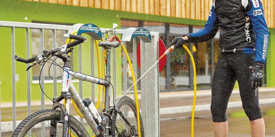 Service: Gäste können ihre Fahrräder vor dem Hotel reinigen