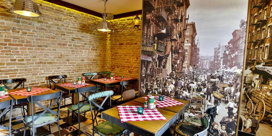 Karierte Decken U0026 Schwarz Weiß Fotografien: Das Little Italy Entführt Seine  Gäste Ins. Foto: Restaurant