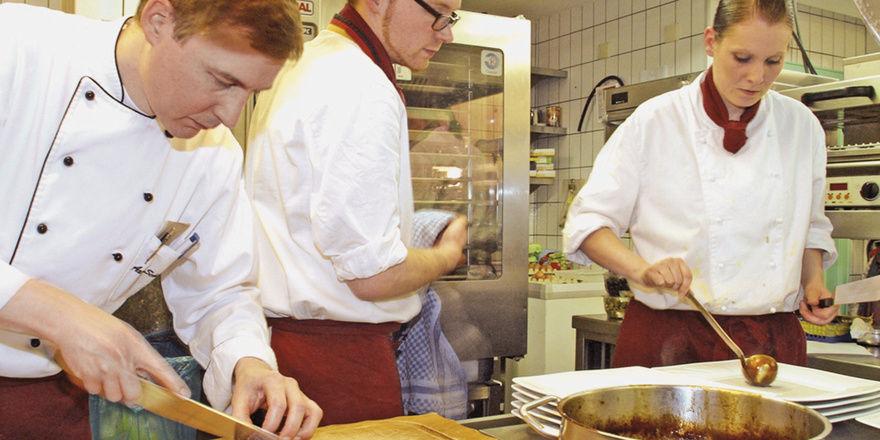Erfolgreiche Ausbildung: (von links) Küchenchef Axel Schneider, Marc Dürkopp und Julia Stranghöner