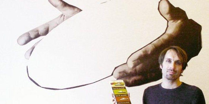 """Holger in't Veld vor dem Logo seiner Bar. <tbs Name=""""foto"""" Content=""""*un""""/>"""