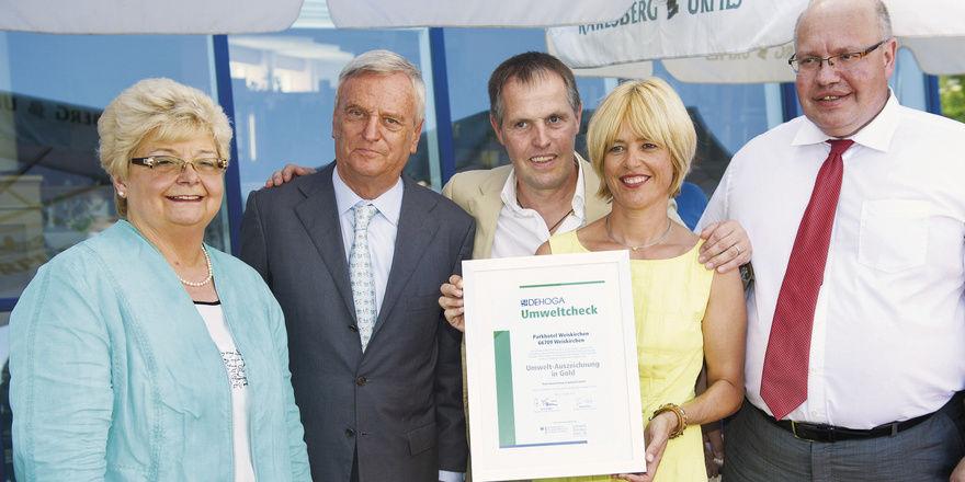 Gratulanten und Geehrte: (von links) Gudrun Pink, Ernst Fischer, Peregrin Maier mit Gattin Sabine und Bundesumweltminister Peter Altmaier
