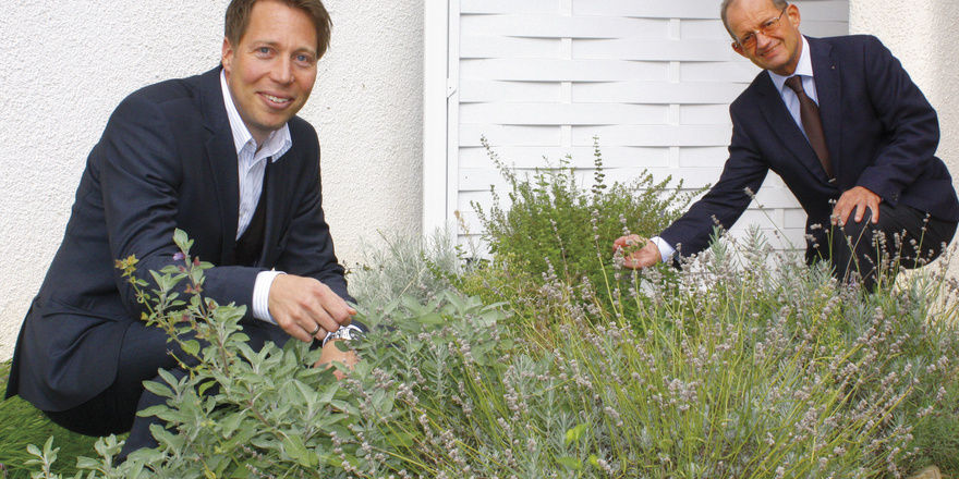 Im Kräutergarten: (von links) Michael Dengler, Geschäftsführer des Aramis Hotels, und Hoteldirektor Rolf Richard Eiss. Die Gewürze werden für Cocktails und Speisen gepflückt
