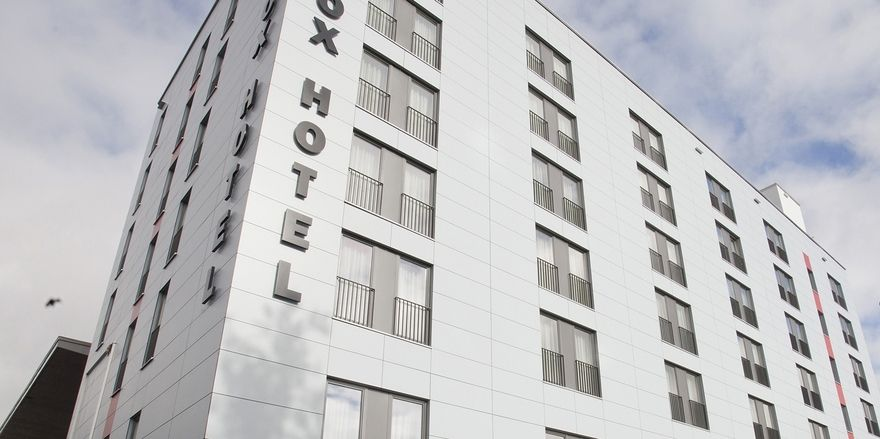 Puristische Fassade: Das Big Box Hotel in Kempten