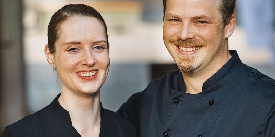 Start in die Selbstständigkeit: Jeanette und Henning Weinheimer. In ihrem Weinreich zieren Hunderte geleerte Flaschen den Raum