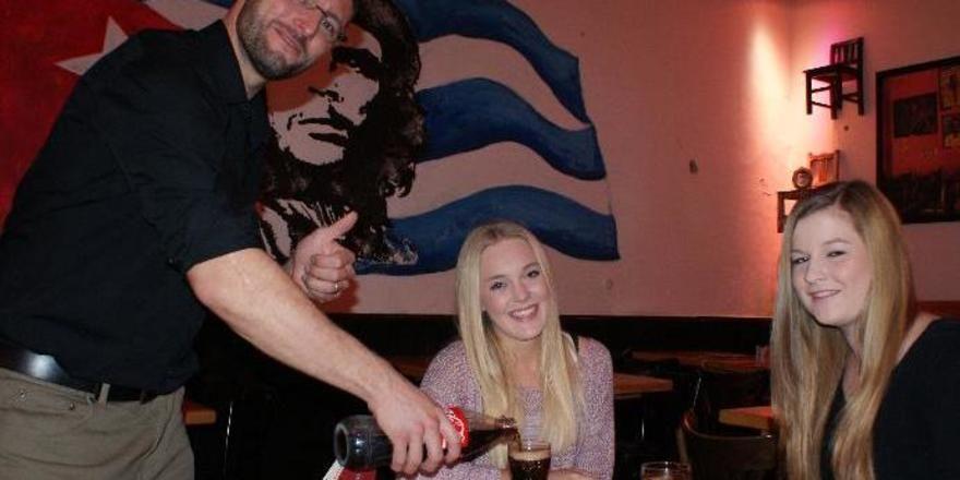 Ein Wirt im Test: Für unsere AHGZ-Gastro-Tester Kim Benecke und Kyra Andresen gibt's bei Ruben Hakobians vom Oldenburger Havana statt Wodka nur Cola