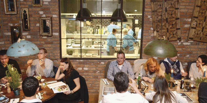 Offen und ehrlich: Der freie Blick der Gäste durch ein großes Fenster in die Küche ist für die Betreiber Programm