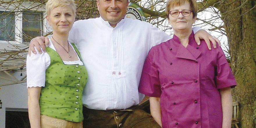 Führungs-Trio: Michael Schley mit Frau Christine (links) und Mutter Barbara. Der Citroën 2 CV macht als Ente auf Rädern Werbung fürs Lokal