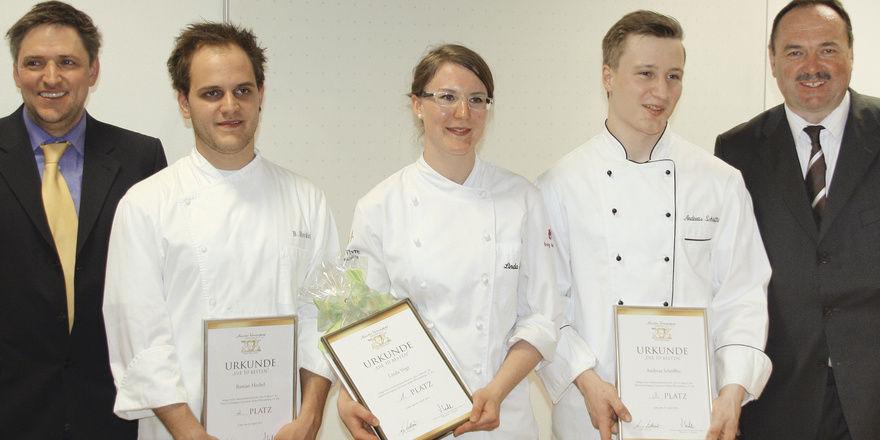 So sehen Sieger aus: (oben) Bastian Heckel (links), Linda Vogt, und Andreas Schöffler freuen sich über die ersten drei Plätze. Glückwünsche kamen von Wettbewerbsleiter Alexander Munz (links außen) und stellvertretendem Vorsitzenden Frank Widmann. (Un