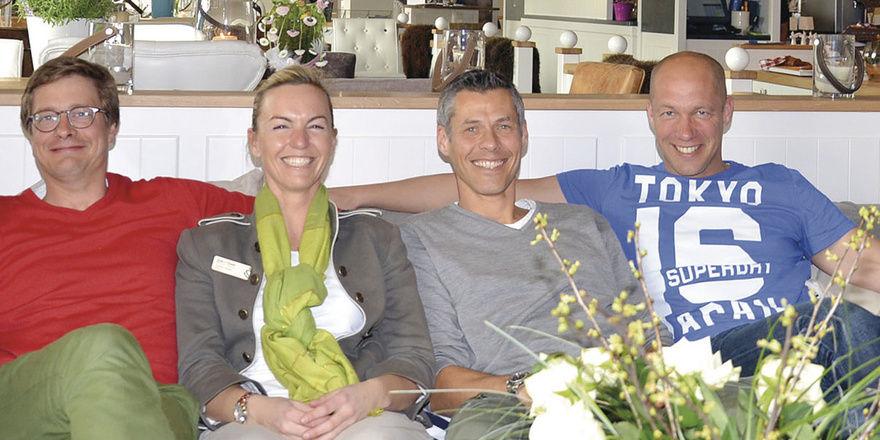 Entspannt Auf Dem Sofa Im Restaurant Esszimmer: (von Links) Maximilian  Raab, Susanne
