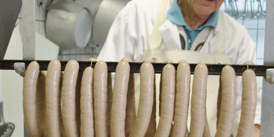 Das Futter ist gesichert: Peter Schweikhard bei der Wurstproduktion und mit einem seiner Tiger