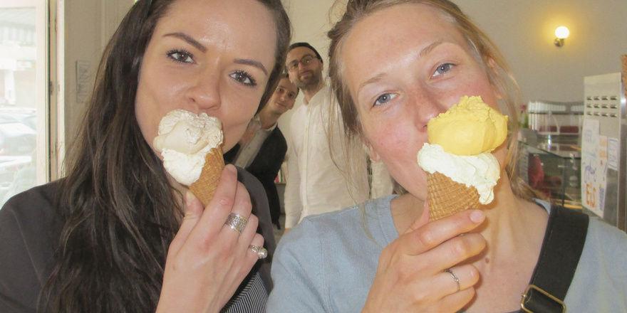 Berliner Eiskultur: (von oben nach unten) Zwei Eis-Fans von Fräulein Frost, die exotischen Früchte aus dem Angebot von Inka Eis und Kunden vor der Eismanufaktur