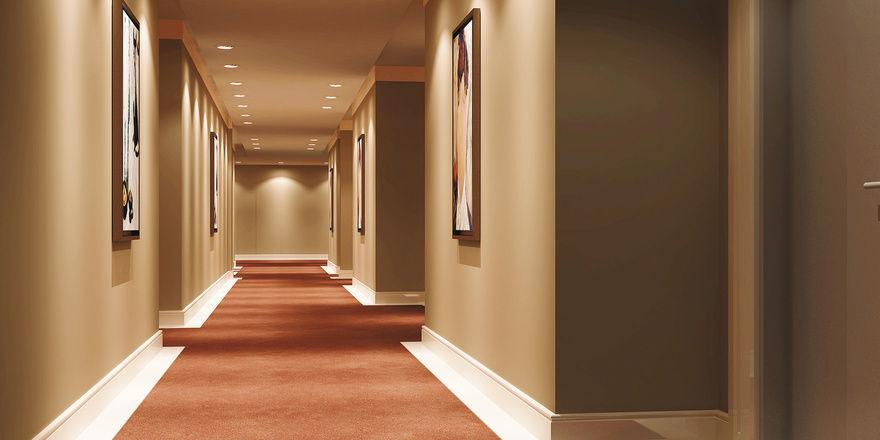 Im richtigen Licht: Mit LED-Leuchten lässt sich in Hotelfluren manche Kilowattstunde einsparen