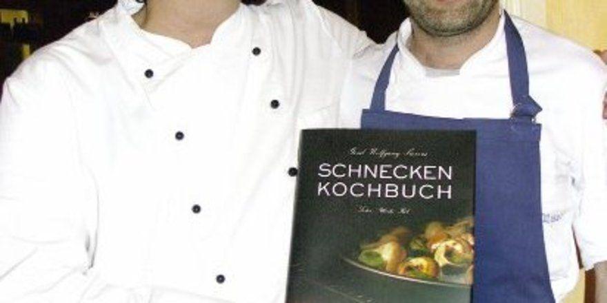 """<p align=""""right"""">Schnecken machen gute Laune: Gerd Wolfgang Sievers und Martin Moser bei der Präsentation des Kochbuchs (v.<spchar Name=""""FSPACE""""/>l.). <tab/><tab/>"""