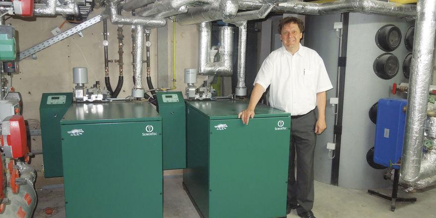 Produziert ein Viertel seines Strombedarfs selbst: Hubert Drayer mit seinen beiden BHKW im Keller vom Landgasthof Michels