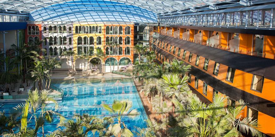 Hotel Victory: Unten Wellenbad, oben Glaskuppel, an den Seiten Zimmer.