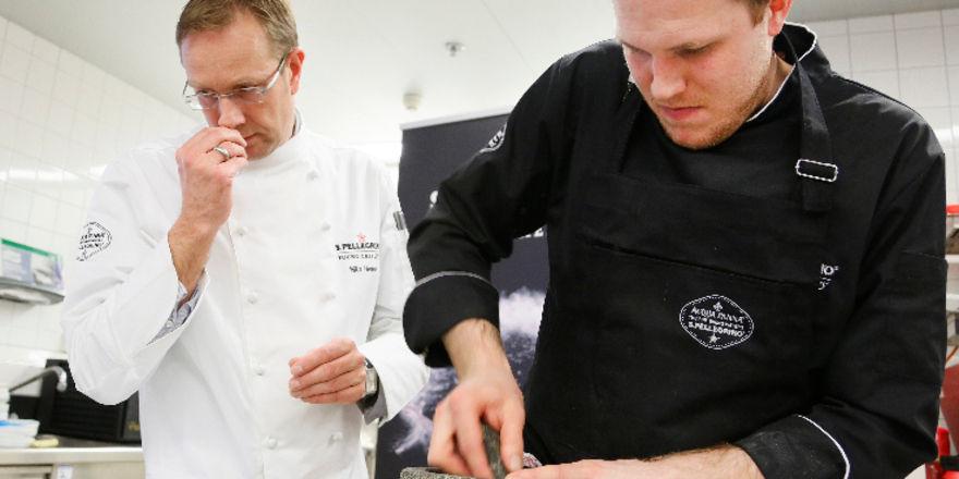 Konzentriert: Gewinner Tobias Wussler (rechts) und Juror Nils Henkel