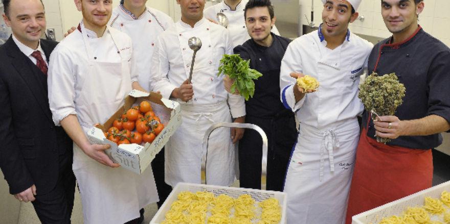 Startklar: Klemens Waltinger (links) und Carmine Galasso (zweite Reihe links) mit dem neuen Küchenteam der Trattoria und Pizzeria Hexenweiher