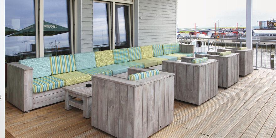 Aufgeräumt: Lounge-Möbel in derber Bauholz-Optik