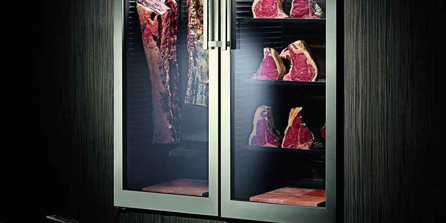 Hingucker im Restaurant: Der neue Dry Ager soll das Fleisch in ansprechendem Design reifen lassen
