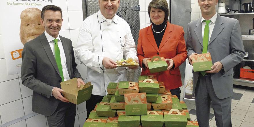 Pioniere: Matthias Tritsch (links) und Marcus Raster (rechts) von Greentable, Heinz Wehmann und Maria Flachsbarth vom BMEL
