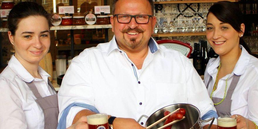 Andreas Artur Sauer serviert die ersten Würstchen in seiner neuen Wurstküche