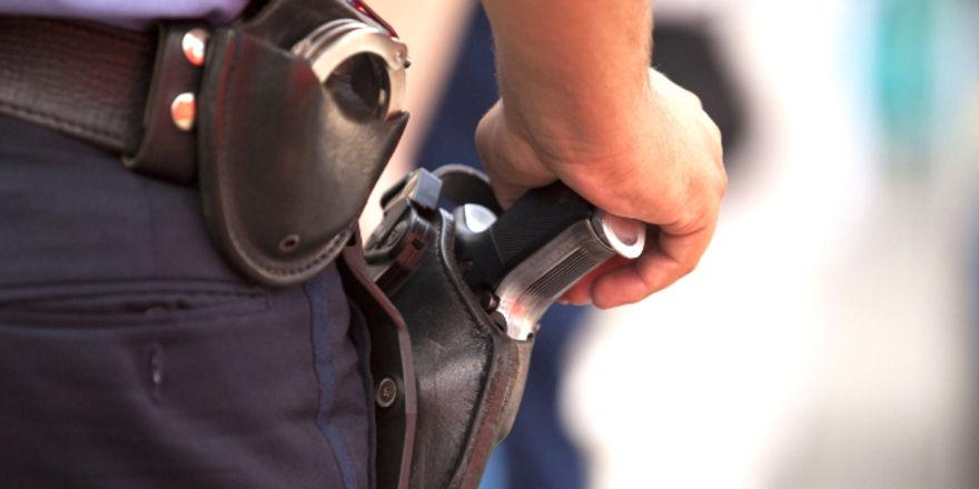 Mindestlohn-Kontrollen: Laut Bundesarbeitsministerin Andrea Nahles werden die Kontrolleure auch an der Schusswaffe ausgebildet