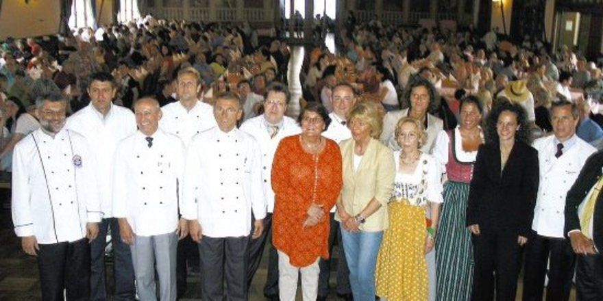 """Die Münchner Innenstadtwirte im Festsaal des Hofbräuhauses mit ihren Gästen. <tbs Name=""""foto"""" Content=""""*un""""/>"""