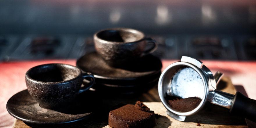 Aus alt mach neu: Die Kaffee-Tassen von Julian Lechner bestehen aus Kaffeeabfall