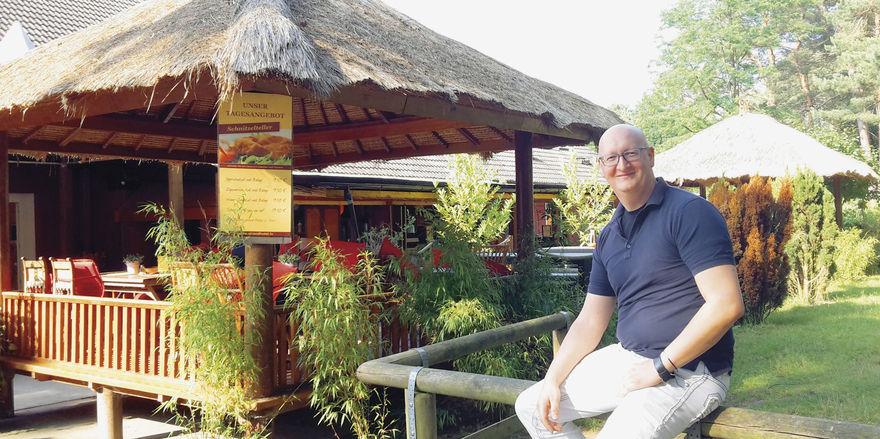 Entspannter Typ: Frank Wittmershaus vor den Pagoden auf der Terrasse seines Strandhotels