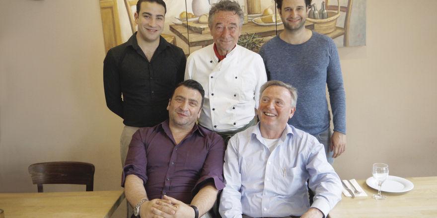 Griechisch-italienische Crew: Die Chefs des Votani sind Ilias Nikolaou (rechts vorn) und sein Sohn Aris (dahinter). Um den Service kümmern sich Vater und Sohn Zontanos (links), am Herd steht Angelo Santoro