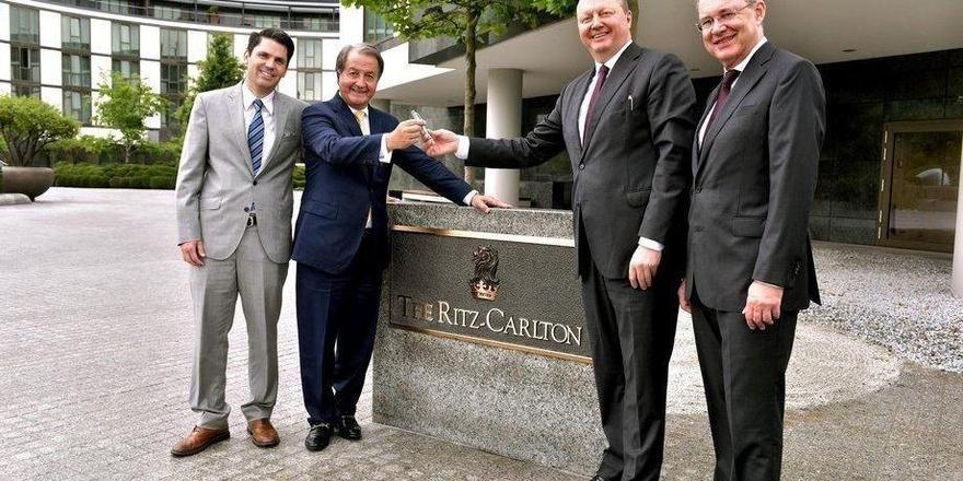 Vertragsverlängerung: Herve Humler von The Ritz-Carlton Hotel Company (2. v.l.) und Otto F. Wachs (3.v.l.) von der Autostadt sind sich einig