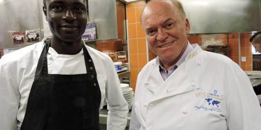 Neu im Team: (von links) Koch-Azubi Hagie aus Sierra Leone mit Heinz Winkler