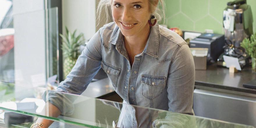 Laura Koerver im Einsatz: Mit dem Deli in ihrer Heimatstadt hat sich die Kommunikationsexpertin einen lange gehegten Wunsch erfüllt