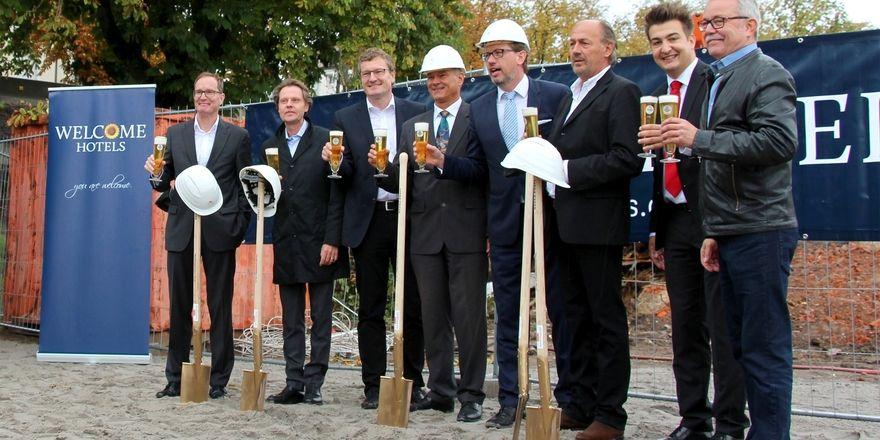 Spatenstich: Welcome-Geschäftsführer Carsten Kritz (4.v.r.) mit anderen Projektbeteiligten