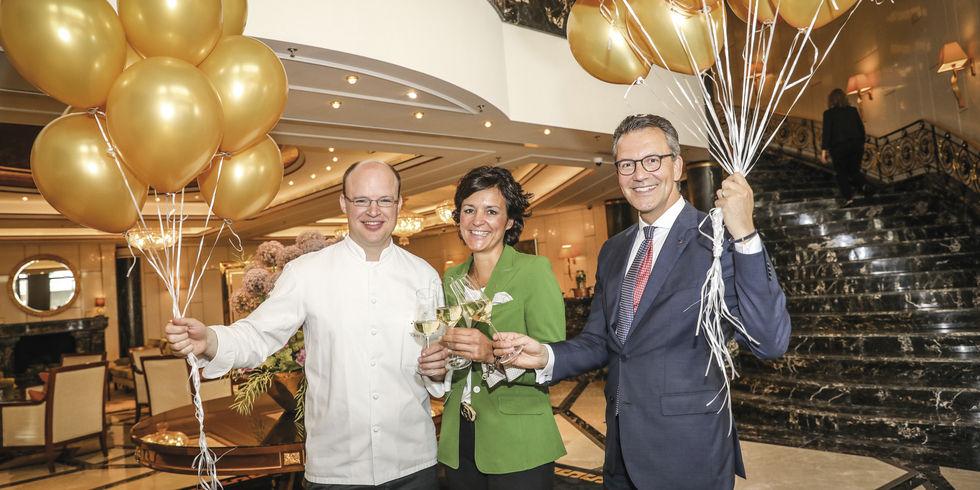 Goldene Luftballons zur Feier: (von links) Küchenchef Philipp Ferber mit Marketingschefin Britta Germann und General Manager Cyrus Heydarian.