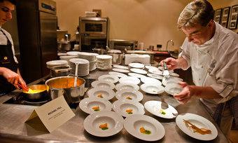 Anrichten: Die Küche des Hotels Kronenschlösschen ist das kulinarische Herz des Rheingau Gourmet & Wein Festivals