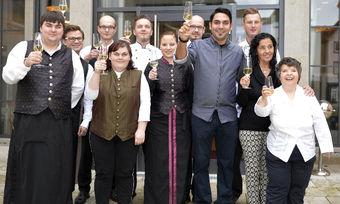 Schaffe etwas Einzigartiges: Einen Michelin-Stern mit einem Küchenteam, dem behinderte Menschen angehören. Nun hat Serkan Güzelcoban (4. von rechts) das Handicap verlassen.