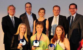 Siegerehrung in Köln: (Mitte vorn von links) Die diesjährigen Preisträgerinnen Kimberly Hoffmann, Cara Schreiber und Tanja Friedrichs mit (hinten von links) Volkmar Pfaff, Laurent Picheral, Tina Härtig, Fabien Valentin und Michael Verhoff