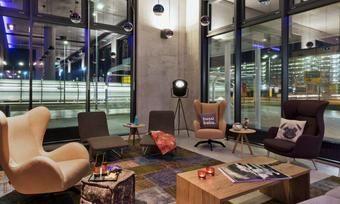 Stylish: Der Living Room im Moxy Frankfurt Airport