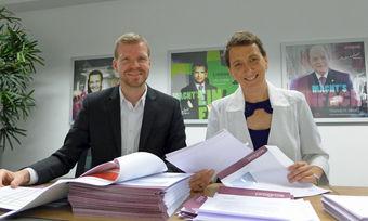 Rückvergütungen bei Progros: Peggy Rosche, Direktorin Controlling, und Manuel Büttner, Stellvertretender Direktor Controlling, versenden Schecks im Wert von ingesamt mehr als 2 Mio. Euro