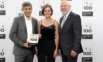Stolz: (von links) Moderator Ranga Yogeshwar, Lisa Aenis, Assistentin der Geschäftsleitung im Palatin Kongresshotel, und Direktor Klaus Michael Schindlmeier
