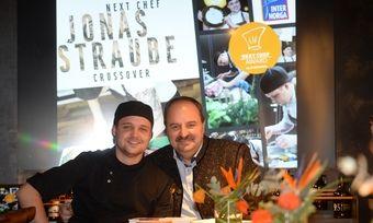 Autor und Initiator: Johann Lafer zeigt sich von der Qualität der Küche und des Buchs von Jonas Straube überzeugt.