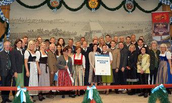 Gruppenbild: 35 ausgezeichnete Wiesn-Wirte mit dem Hausherren Toni Winklhofer vom Tradtion-Festzelt, der bayerischen Wirtschaftsministerin Ilse Aigner und der bayerischen Umweltministerin Ulrike Scharf.