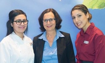 Koch-Aziubi Maryem Belhadi mit Resident Manager Parkhotel Cup Vitalis und Hotelfach-Azubi Oumaima Naami