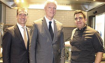 Freuen sich über das neue Hotel: (von links) General Manager Thomas Fischer, Steigenberger-COO Thomas Willms und Küchenchef Rob Valls