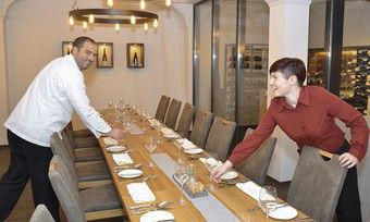 Startbereit: Gastgeber Wigbert Weck und Sommeliere Julia Fluhr freuen sich darauf, ihre Gäste in der neuen Vinothek zu empfangen