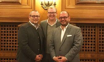 Neue Position: Gerald Berger (links) wird Geschäftsführer von Castlewood. Martin Smura (Mitte) verabschiedet Matthias Engel (rechts).