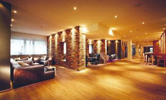 Backstein, Kuhfell und Echtleder-Couch: Die Lounge im Best Western Hotel Trier